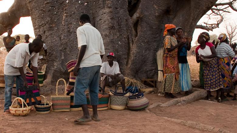 ガーナの伝統工芸「Bolga Basket」をベースに作られたバスケット||地元の伝統工芸を受け継いだ職人(Artisan)により、独自の手編み手法で一つ一つ丹誠を込めて作られたおしゃれな自転車バスケット